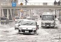 フロントガラス曇る、制動距離が長く…梅雨の季節のドライブ注意点【JAF活動日誌】