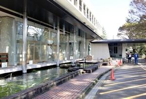 警備員の男性がクマに襲われた勝山市教育会館前=10月22日午前9時50分ごろ、福井県勝山市元町1丁目