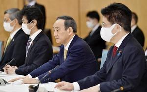 新型コロナウイルス感染症対策本部で、7府県に緊急事態を宣言する菅首相(右から2人目)=1月13日午後6時30分、首相官邸