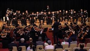 息の合った演奏を披露する杭州青少年芸術団交響楽団=7月15日、福井県福井市のフェニックス・プラザ