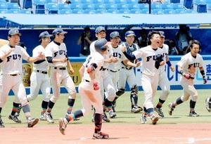 逆転サヨナラ勝ちを収め、喜びを爆発させる福井工大の選手たち=神宮