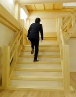 名古屋市が報道陣に公開した、木造復元を目指す名古屋城天守閣の1階から2階に上がる階段の実物大模型=21日午後