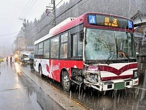 トラックと中学生用バスが衝突事故