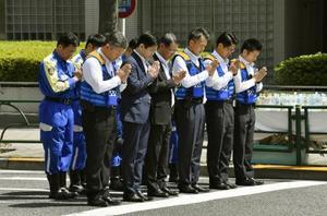 東京・池袋の母子死亡事故の実況見分が行われる現場で手を合わせる警視庁の捜査員ら=13日午前