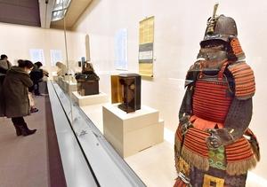 明智光秀所用と伝わる鎧など約70点の史料が並ぶ特別展=3月20日、福井市立郷土歴史博物館