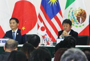TPP閣僚会合の合意事項について記者会見する、茂木経済再生相(右)とベトナムのアイン商工相=11日、ベトナム・ダナン(共同)