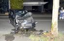 街路樹に軽乗用車衝突、女性死亡