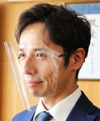 眼鏡技術、フレームで固定 快適フェースシールド 鯖江の2業者開発 県立ろう学校に寄贈