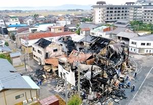 6棟が全焼した火災現場=28日午前10時53分、福井県あわら市温泉3丁目(日本空撮・小型無人機ドローンで撮影)