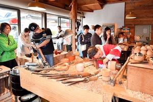 2017年の「RENEW」で工房に入り職人が木地を削る作業に見入る来場者たち=2017年10月15日、福井県鯖江市西袋町