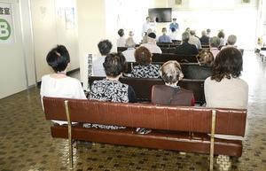 認知機能検査の結果を待つ高齢ドライバーたち=6月、福井県運転者教育センター