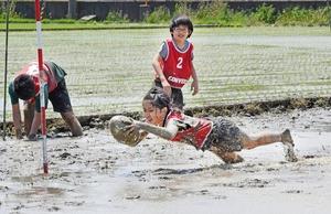 子どもも大人も泥まみれで…