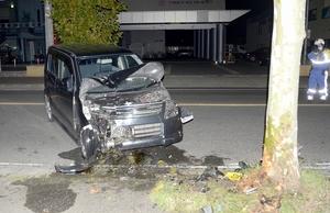 街路樹に衝突した軽乗用車=10月17日午前4時35分ごろ、福井県福井市西開発3丁目
