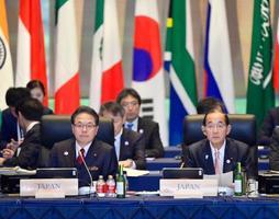 G20エネルギー・環境相会合に出席する世耕経産相(左)と原田環境相=15日午前、長野県軽井沢町