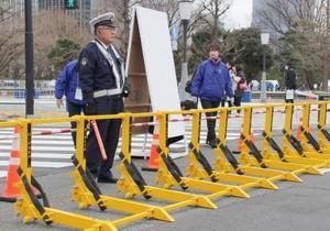 東京駅前のゴール付近に設置されたイスラエル製の鉄柵「車両突入防止バリア」=25日、東京都千代田区