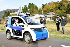 デモ走行するパナソニックの自動運転車両=13日、福井県永平寺町諏訪間