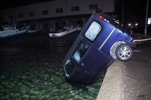 岸壁から車が海へ転落した事故の状況=福井県内の漁港