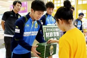 募金活動するサウルコス福井の選手ら=10月13日、福井県福井市のエルパ