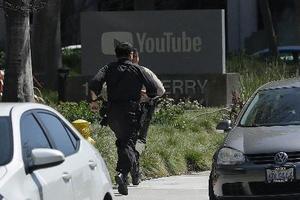 発砲事件のあったユーチューブ本社へ向かう警察官=サンブルーノ(AP=共同)
