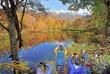 刈込池で紅葉見頃、水面に冠雪の山