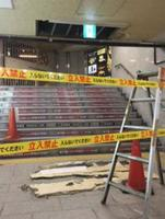 大阪市営地下鉄御堂筋線なんば駅の改札近くで、天井の石こうボードが落下した現場=25日午後(大阪市交通局提供)
