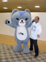 デビューした「さばトラななちゃん」(左)=2008年10月、福井県小浜市