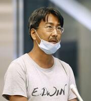 ミャンマーでの収監から解放され、成田空港に到着し取材に応じるフリージャーナリスト北角裕樹さん=14日午後10時35分