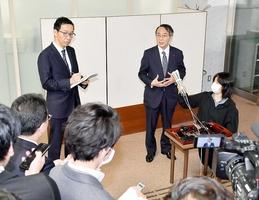 知事や県会議長との面談を終え、記者の質問に答える関西電力の森本孝社長(右から2人目)=3月31日午前9時40分ごろ、福井県議会議事堂