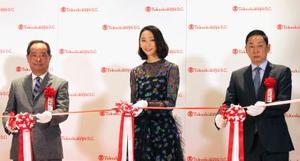 日本橋高島屋新館のオープニングセレモニーで、テープカットする(左から)木本茂社長、女優の杏さんら=25日午前、東京都中央区