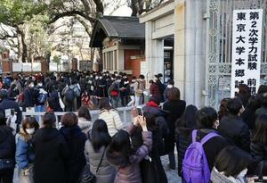 国公立大2次試験前期日程の会場に向かう受験生ら(奥)=25日午前、東京都文京区の東大