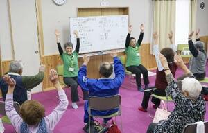 介護予防教室で体操する高齢者=2018年4月、長野県御代田町