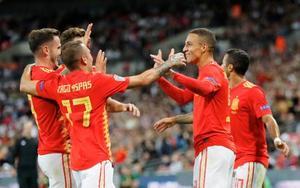 イングランド戦で勝ち越しゴールを喜ぶスペインのロドリゴ(右から2人目)ら=ロンドン(AP=共同)