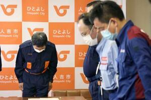 豪雨による被災から1カ月を迎え、黙とうする熊本県人吉市の松岡隼人市長(左)と職員=4日午前9時、人吉市役所