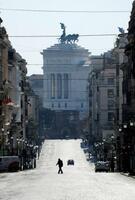 人影もほとんどないローマのナツィオナーレ通り=7日(ロイター=共同)