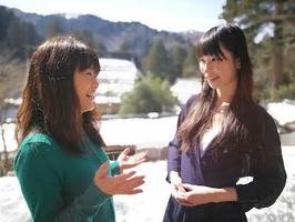 福井の幸せを象徴するような場所で、東京女的生活の池田美樹さん(写真左)と