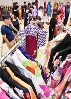 卒業式向けの着物を選ぶ女子学生たち=7月5日、福井大学文京キャンパス
