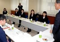 働く女性の本音確認 県会、前田工繊社員と議論