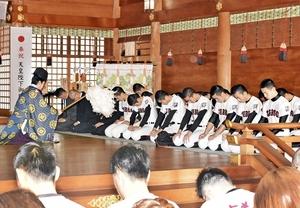 センバツ出場を祈願した敦賀高校の野球部員ら=1月4日、福井県敦賀市の気比神宮