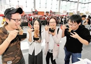 「お肉マルシェ」で肉料理を楽しむ来場者=3日、福井市のハピリンの屋根付き広場ハピテラス