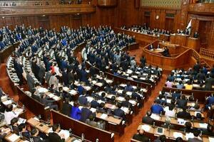 日米貿易協定の承認案を賛成多数で可決した衆院本会議=19日午後