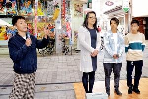 ゲイのかずえちゃん(左)とLGBT当事者のトークライブ=10月20日、福井県福井市