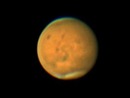 地球と大接近している火星。表面の黒い模様や、上下の白い極冠が見える。火星表面での砂嵐が落ち着けばよりくっきり見えるようになる=7月11日、福井県大野市から橋本恒夫さん撮影