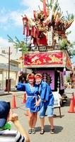 山車の前で記念撮影するダイヤモンド・プリンセスの外国人乗客。敦賀まつり以外の寄港時のおもてなしが課題だ=9月2日、福井県敦賀市