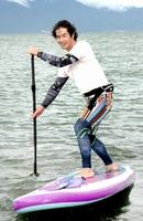 SUPに乗る齋藤孝二さん。一人前の漁師を目指しつつ、SUP体験ツアーを開催している=福井県おおい町本郷