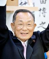 5選を果たし笑顔でバンザイする山崎正昭氏=10日午後8時15分、福井市大手2丁目の選挙事務所