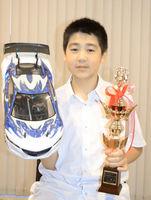 無線操縦車の全日本選手権で優勝した岡崎晟也さん=福井県坂井市内の自宅