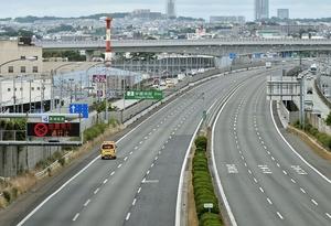 地震の影響で通行止めとなった中国自動車道=6月18日午前、兵庫県川西市