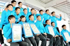 表彰式後、笑顔で記念撮影する自転車チームふくいの選手ら=9月28日、福井県福井市の福井競輪場
