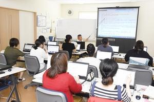 子どもを預け、職業訓練に取り組む参加者=5月25日、福井県敦賀市松島のパーソネルサービス
