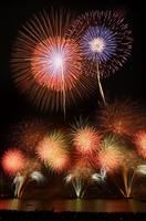 大輪の花火が夜空を焦がした2016年の「とうろう流しと大花火大会」=福井県敦賀市(多重処理)